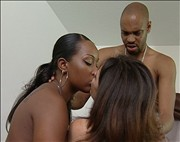 Blanca tetona en trio con guarra pareja de negros
